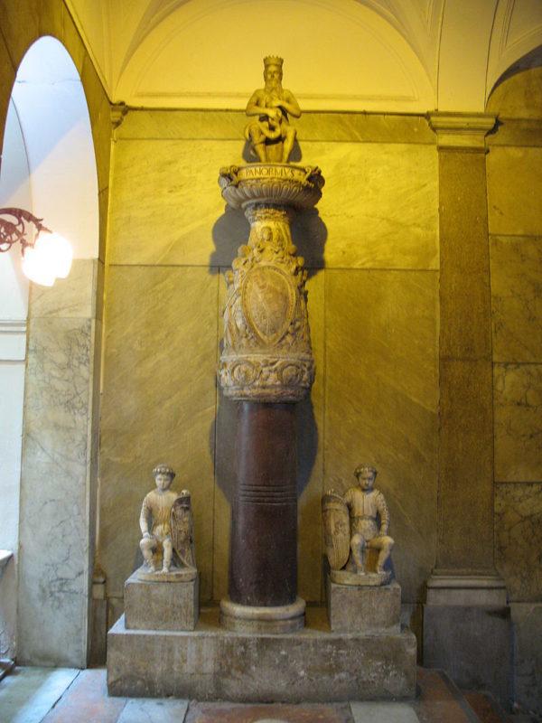 Palermo_-_Palazzo_Pretorio_interno_statua_del_Genio_di_Palermo.jpg
