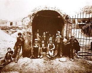 Interguglielmi,_Eugenio_(1850-1911)_-_Sicilia_-_Carusi_all'imbocco_di_un_pozzo_della_zolfara,_1899.jpg