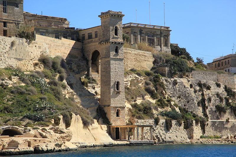 Malta_-_Kalkara-villa-bighi.jpg