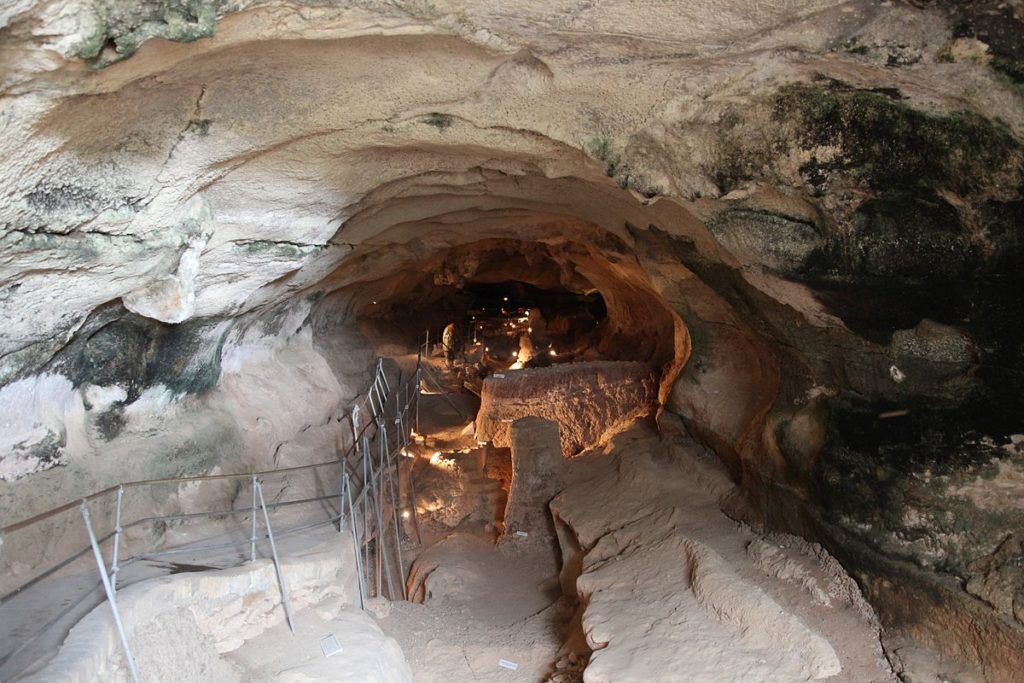 Malta_-_Birzebbuga_-_Triq_Ghar_Dalam_-_Ghar_Dalam_-_cave.jpg