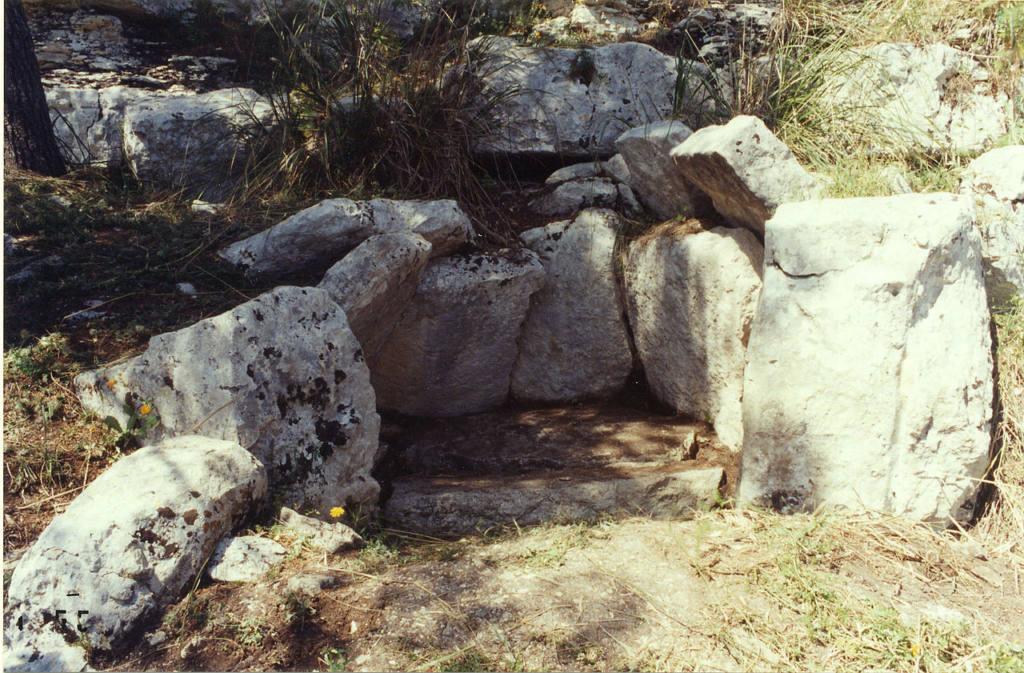 The_Cava_dei_Servi_dolmen_(foto wikipedia).jpg