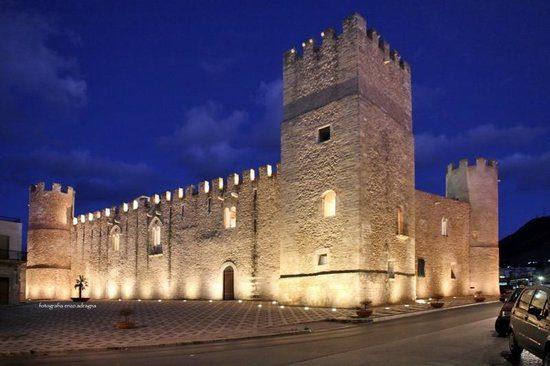 Castello-dei-conti-di Modica.jpg