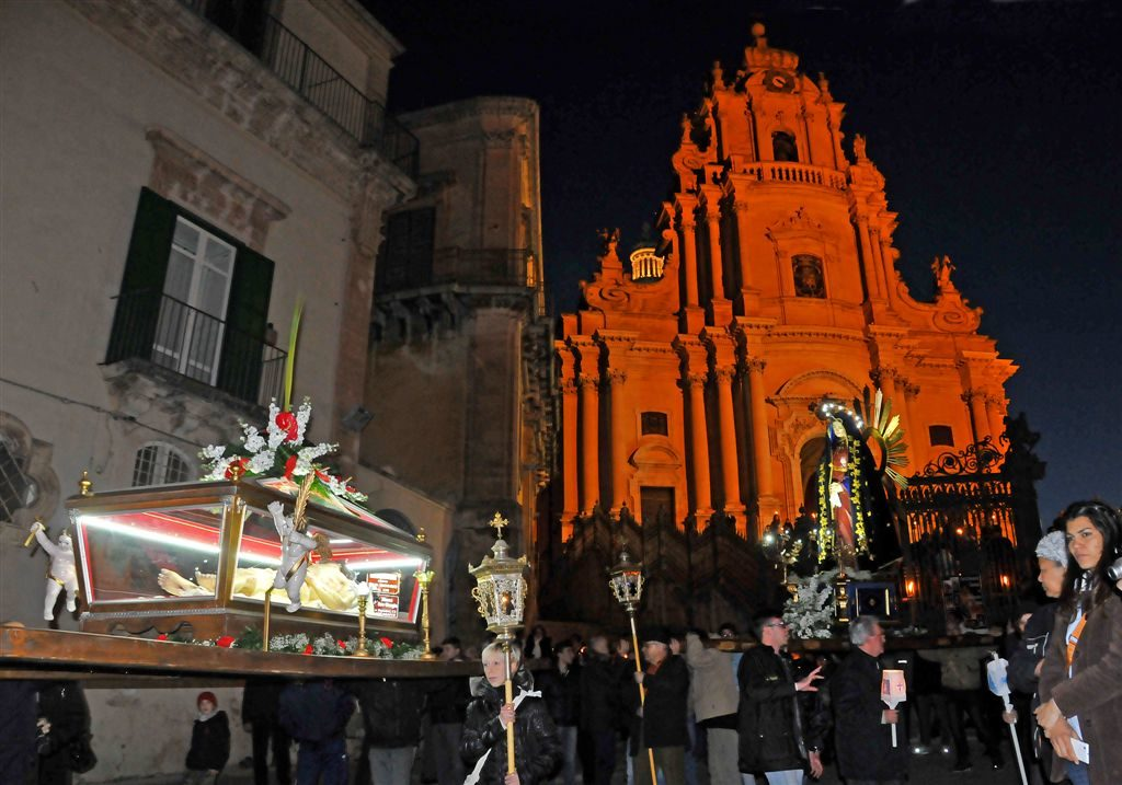Settimana-Santa-2014-Cristo-Morto-e-Addolorata-dinanzi-al-Duomo.jpg