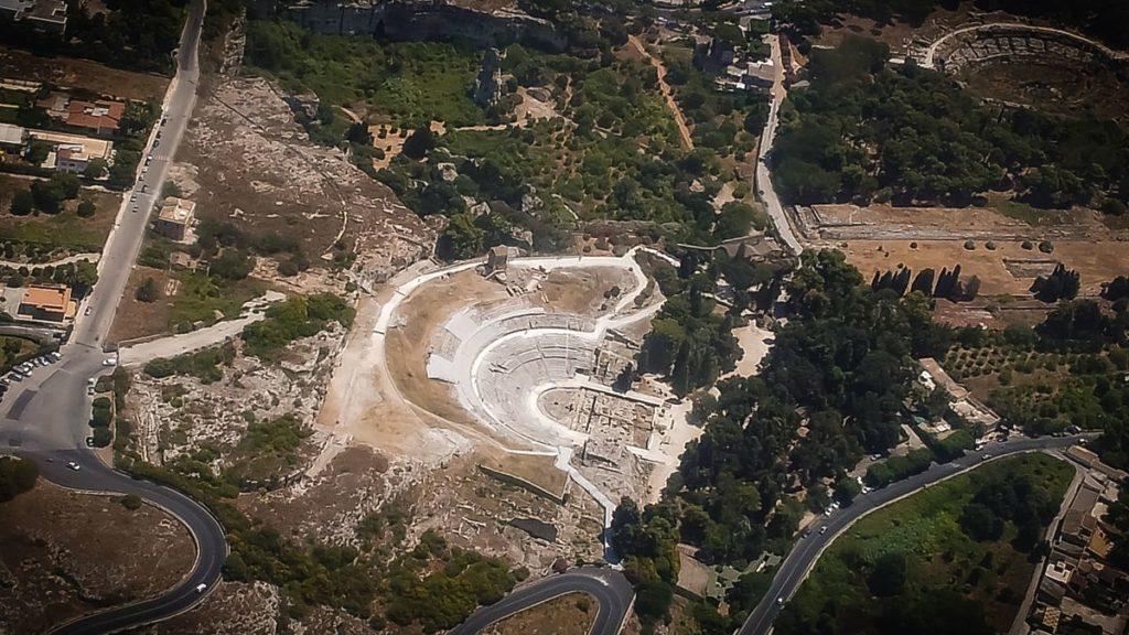 Zona_archeologica_di_Siracusa_-_veduta_aerea.jpg