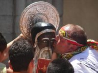 Festa_di_San_Calogero,_bacio_statua_(Agrigento).JPG
