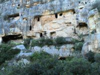 Insediamento rupestre del Castello.jpg